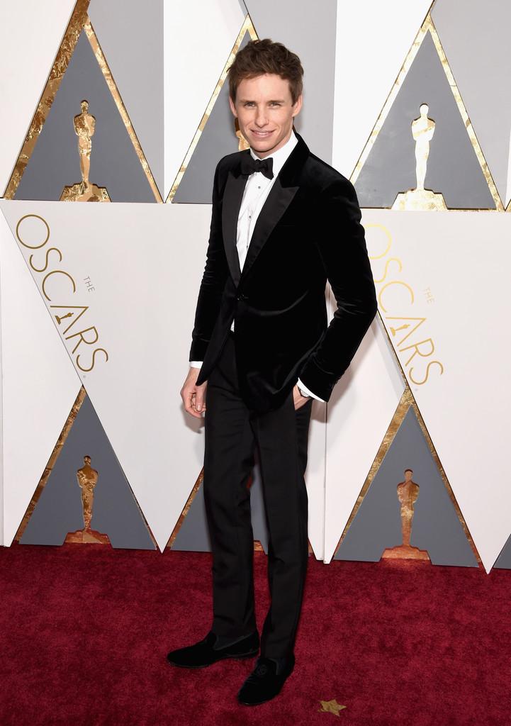 Lá vem o Eddie Redmayne com mais um traje impecável. Veludo, para variar a textura e o acabamento. E o alfaiate de talento e capricho por trás.