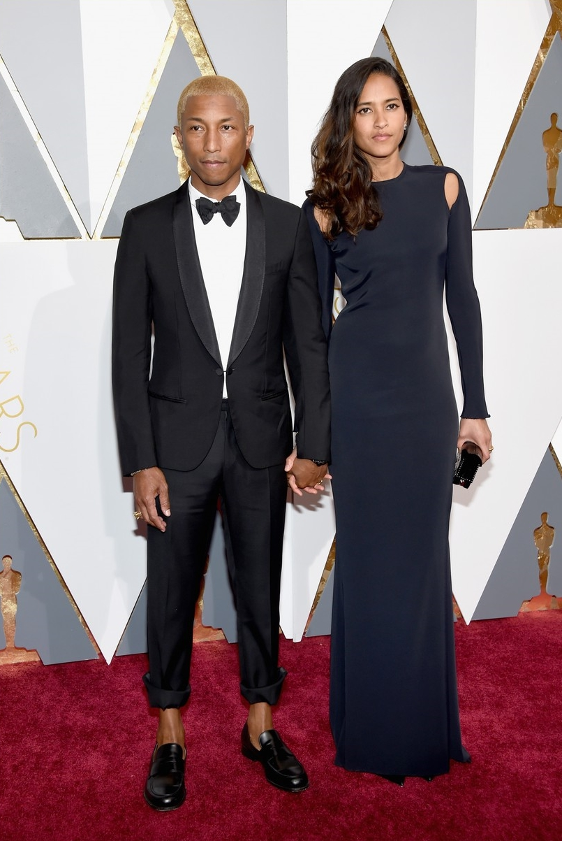 Pharrell Williams e suas inusitadas escolhas. Digamos que da cabeça aos tornozelos, ele foi impecável. Mas estamos falando sobre a principal noite de prêmios do cinema. Uma calça dobrada acima dos tornozelos não faz parte do figurino ideal.