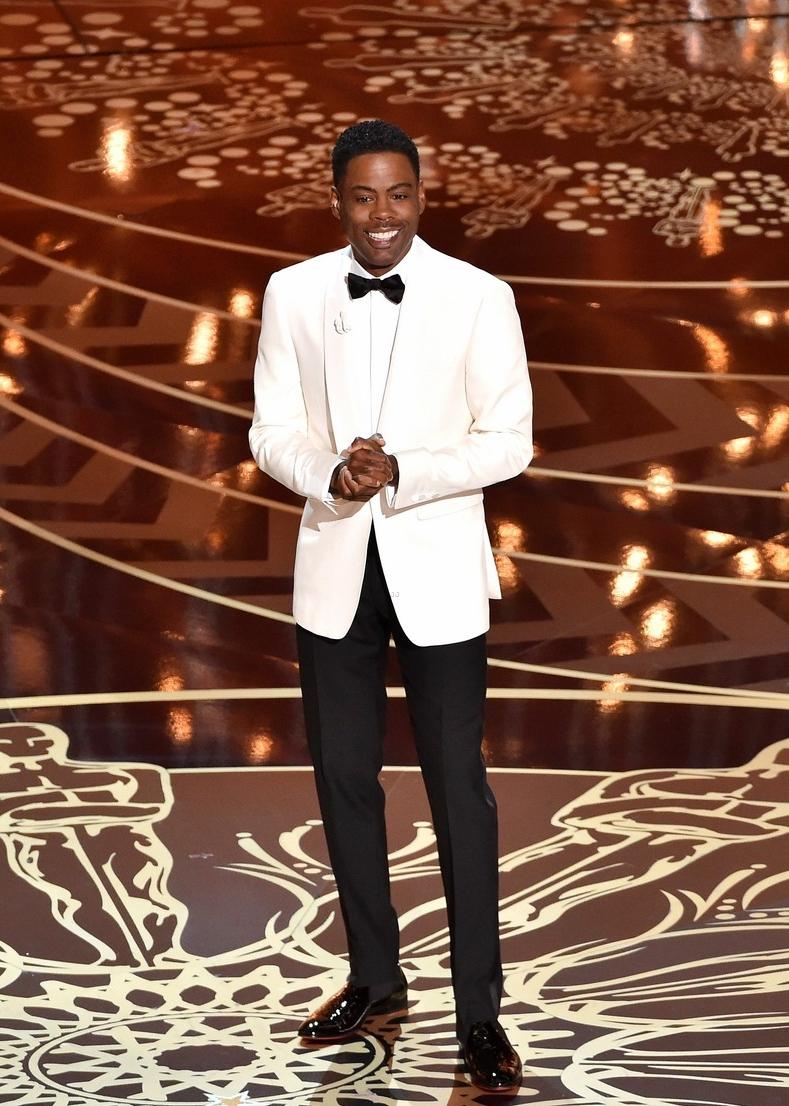 Popular nas últimas edições, o smoking branco foi a escolha do apresentador da noite Chris Rock. Muito bem alinhado e combinado com uma calça preta, para evitar o  branco total . Boa escolha.
