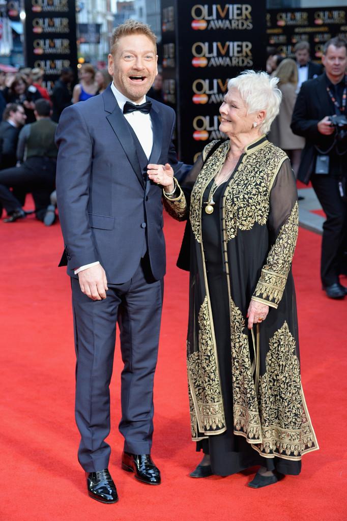 Kenneth Branagh é um grande ator e diretor de cinema e teatro. É também um excelente exemplo de como se vestir para uma ocasião dessa formalidade. Traje de três peças em azul totalmente impecável. Destaque para a barba, que mesmo rala, deu um toque de autenticidade para o visual.