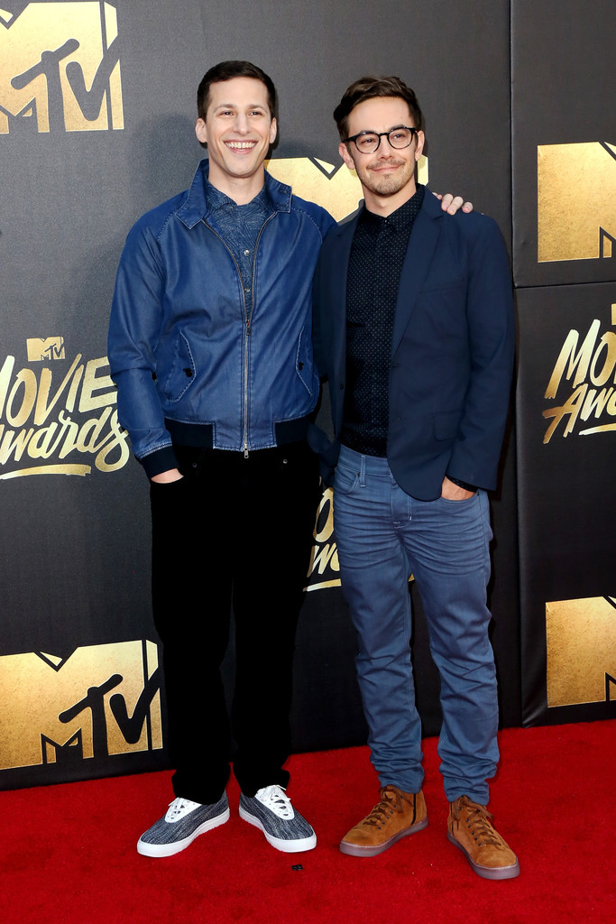 A dupla de comediantes e roteiristas Andy Samberg e Jorma Taccone também mostrou que não é preciso muita formalidade no MTV Movie Awards. Destaque para o visual do segundo, que quebrou a seriedade do blazer com camisa ao optar por cores mais vibrantes e despojadas.