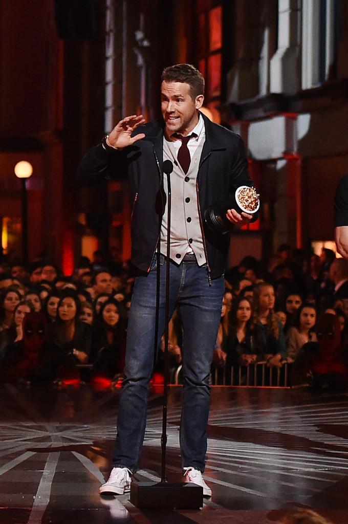 Finalizando a galeria de hoje com um clássico. E não estamos falando apenas do ícone Ryan Reynolds. A sobreposição de peças é uma forma muito elegante de se vestir. Basta optar por cores neutras e acessórios pontuais. De resto é fazer como Ryan: pegar a taça e aproveitar os aplausos.