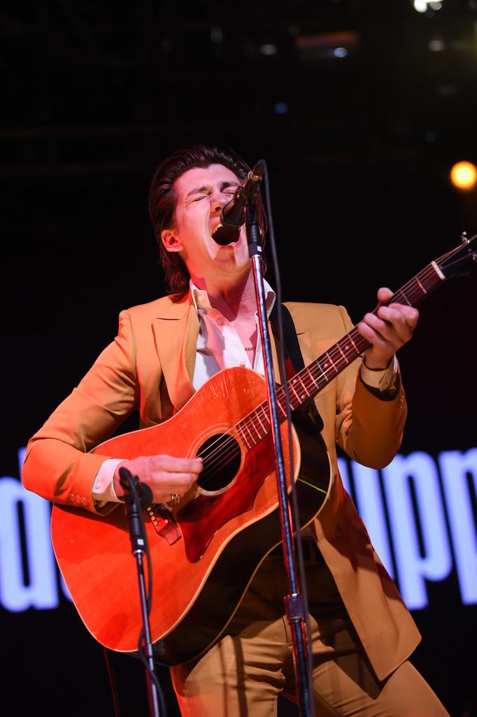 The Last Shadow Puppets Alex Turner (também do Arctic Monkeys) vestiu esse terno laranja para a sua apresentação. Ousado? Sim, bastante. Mas reconheçamos o primor do corte e do caimento do traje. Claramente feito sob medido e com muito capricho.