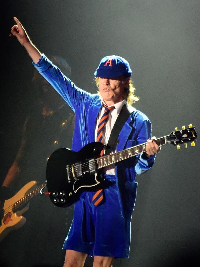 Guns n' Roses Pera aí, mas esse aí não é o Angus Young do AC/DC? Ele mesmo. Convidado especial da banda americana, Angus foi o melhor vestido comparado com Axl e Slash.