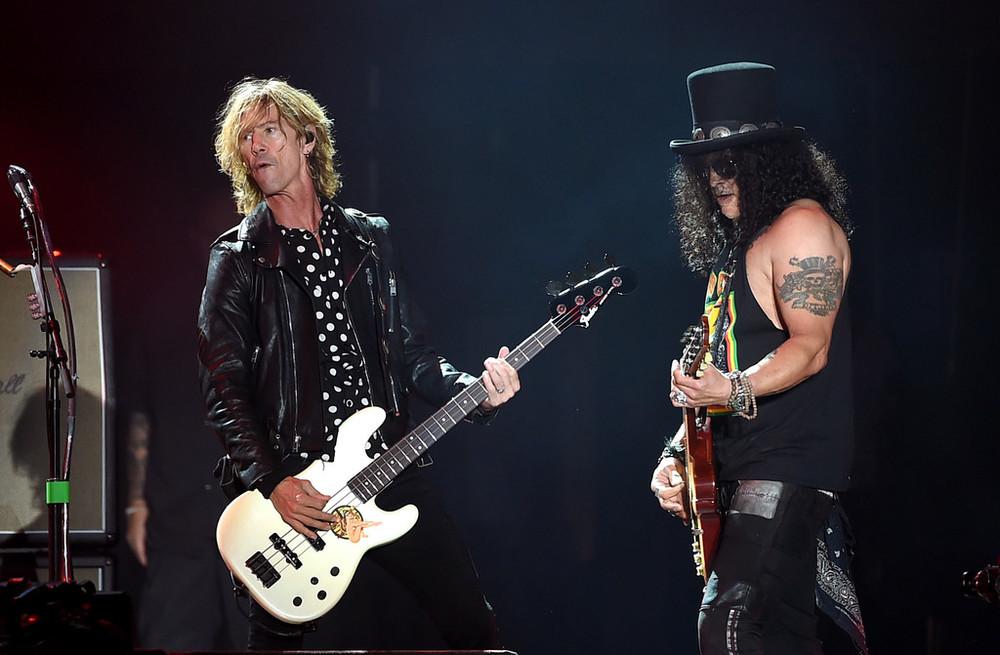 Duff McKagan e Slash -Guns n' Roses Na mesma imagem, dois dinossauros do rock com estilos completamente diferentes. Duff, com uma camisa poá e uma jaqueta perfecto, foi um dos melhores do festival inteiro. Slash, por mais icônico e tradicional, não conseguiu ir tão longe.
