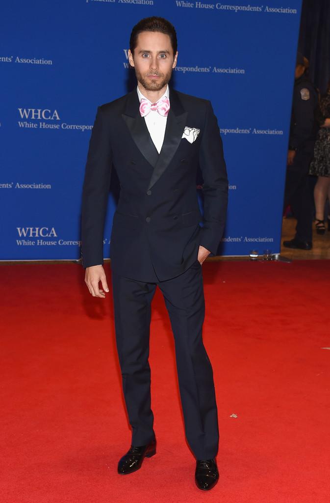 Jared Leto Outro que optou pelo modelo transpassado foi o ator/cantor Jared Leto. A gravata, na nossa opinião, passou um pouco do ponto. Um modelo menor, mesmo que de cor clara, cairia melhor. O restante do traje estava totalmente impecável.