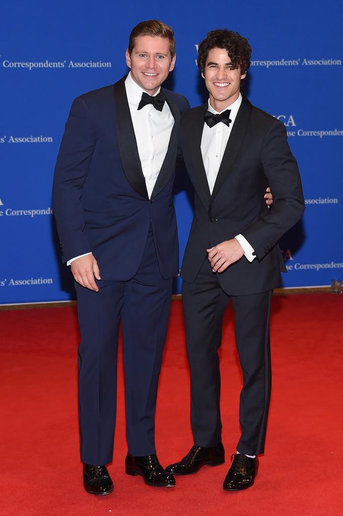 Allen Leech e Darren Criss Dupla afiada e bem combinada. A escolha de trajes azuis para um evento black tie se torna sábia, principalmente quando contamos com alfaiates talentosos por trás.