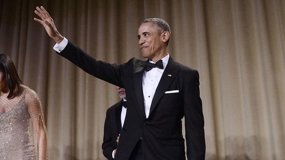Barack Obama Astro da noite, Obama se despediu do evento com muito estilo. Além de um discurso inspirado e muito bem-humorado, o presidente foi pura elegância com o seu smoking de lapela em ponta (peak) perfeitamente combinado. Digno de um dos maiores chefes de Estado da humanidade.