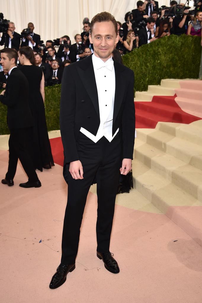 Tom Hiddleston Repetiu a dose com elegância, sem precisar repetir o traje. Com um clássico smoking com calda, Tom fez bem em investir em colete, camisa e gravata brancos.