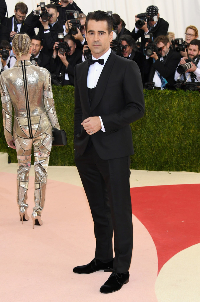 Colin Farrell Sábio usuário dos trajes mais formais, o ator irlandês foi de preto, mas com alguns detalhes interessantes. O colete arredondado e a gravata slim, por exemplo, deixaram o costume com uma cara muito elegante e diferente.