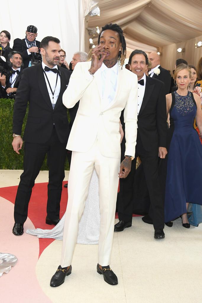 """Wiz Khalifa Outro frequentador da nossa pauta, o rapper americano mais uma vez foi pura elegância e originalidade. A """"air tie"""" fechou perfeitamente com o estilo do cantor."""