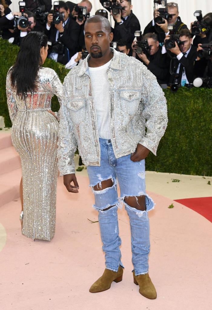 Kanye West Difícil lembrar da última ocasião em que Kanye vestiu uma roupa elegante. Antigamente, cerca de 4, 5 anos atrás, o rapper americano era um dos homens mais elegantes do mundo. Hoje, veste coisas assim.