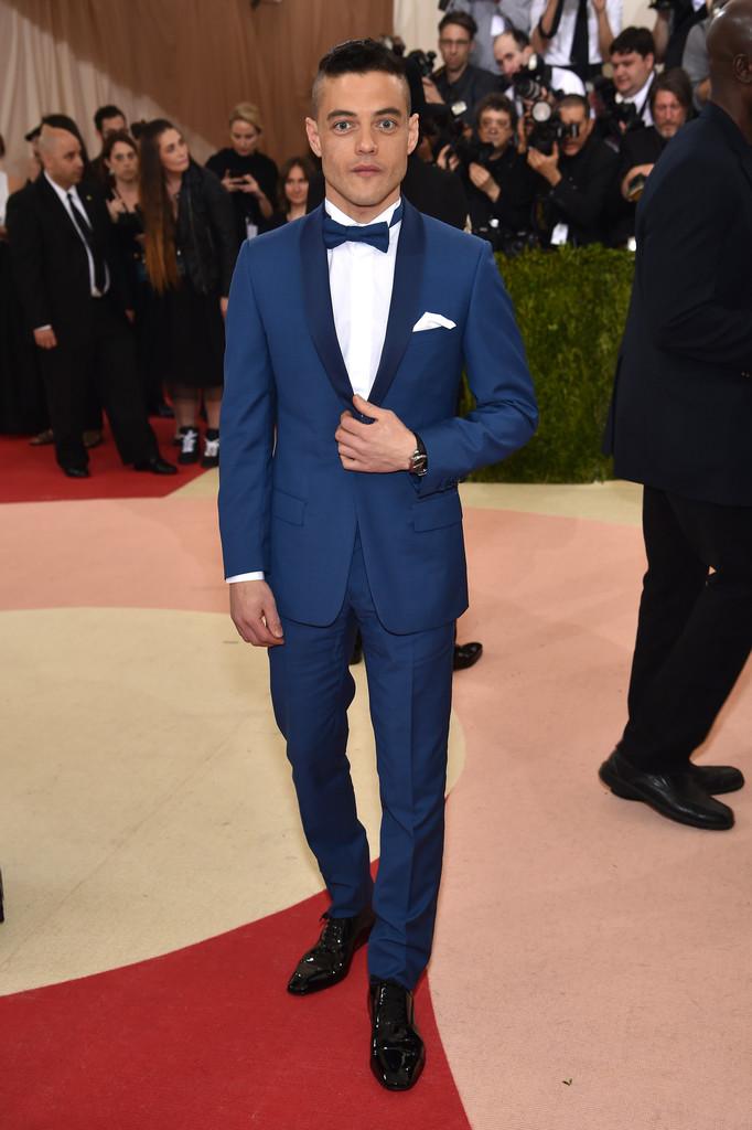 Rami Malek Outro que apostou no azul, Rami mostrou que, quando acertamos as medidas, até um traje de tom mais claro pode ser muito elegante e adequado.