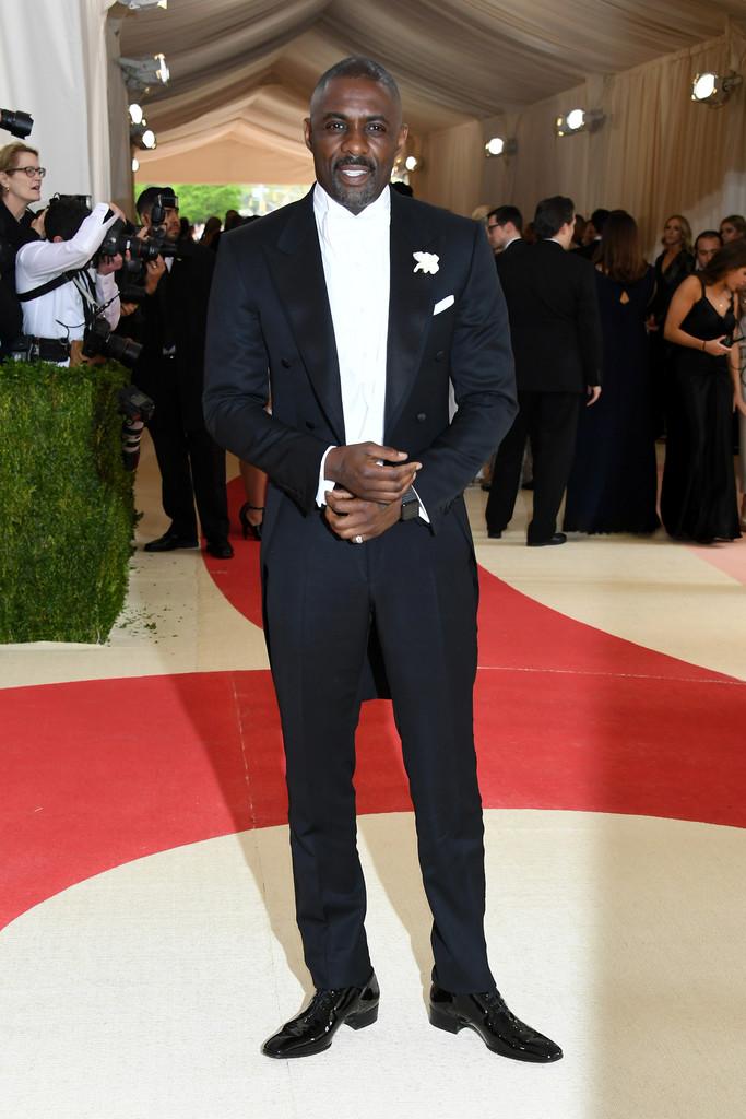 Idris Elba Um dos homens mais elegantes da atualidade, foi outro grande destaque na noite de ontem. Outro que investiu no combo colete+camisa+gravata brancos, o inglês mereceu o posto de um dos mais bem vestidos do baile graças ao corte perfeitamente sob medida.