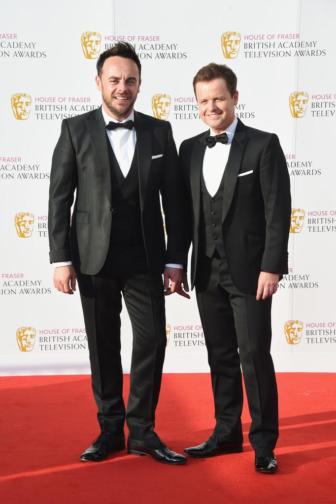 Anthony McPartlin e Declan Donnelly A dupla de apresentadores manteve a própria tradição e mais uma vez estavam em trajes impecáveis. Três peças e lenços nos bolsos das lapelas.