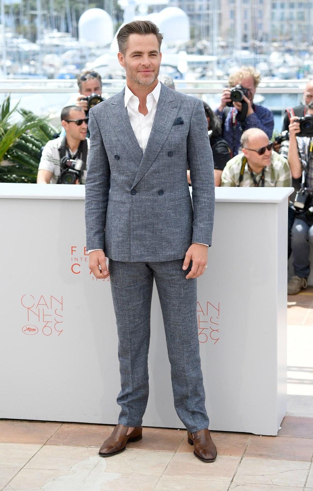 Chris Pine Eventos diurnos pedem trajes mais claros. Tomem Chris Pine como exemplo. O modelo transpassado é um clássico e nem sempre precisa ser acompanhado por uma gravata. O sapato marrom sem meia ajudou ainda mais a manter o ar despojado e elegante do conjunto.