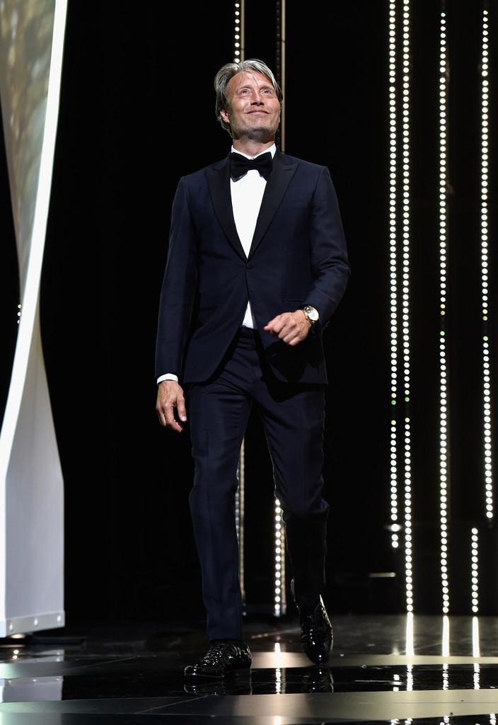 Mads Mikkelsen Membro do juri nessa edição, o ator dinamarquês teve de manter a sua tradição de trajes muito elegantes. E assim como alguns dos seus colegas de tapete vermelho, Mads acertou em cheio ao escolher um modelo de smoking marinho.