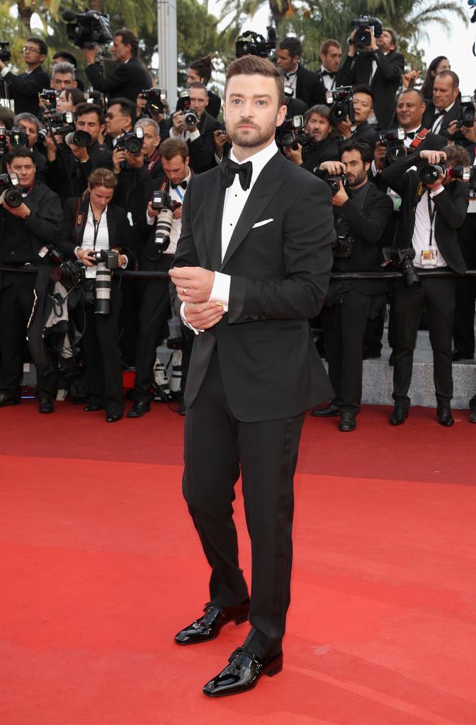 Justin Timberlake Outro que sabe como se portar em eventos do tipo, Justin cometeu um pequeno (quase imperceptível) deslize. A gravata. Um modelo algumas vezes menor faria o conjunto ficar ainda mais elegante.