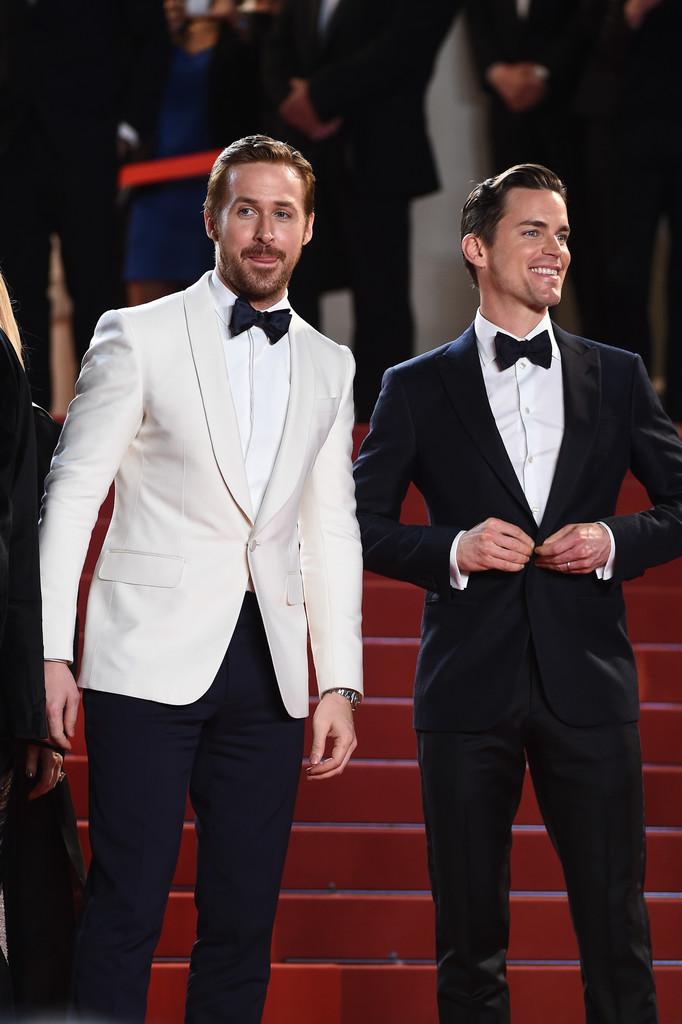 Ryan Gosling e Matt Bomer Que dupla. Assim como no Globo de Ouro, Ryan investiu no paletóbranco de lapela redonda (shawl). Bomer, no entanto, optou por uma lapela em ponta (peak) em um conjunto do mesmo tom. Ambas ótimas escolhas. Ambas ótimas formas de encerrar uma galeria de mais elegantes.