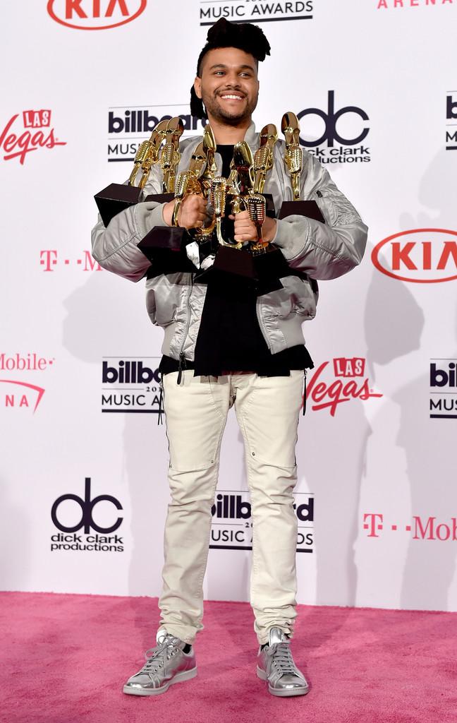 The Weeknd Vencedor de nada mais nada menos do que 8 prêmios, o rapper The Weeknd mais uma vez desferiu um dos seus figurinos característicos. Jaqueta esportiva prata no mesmo tom do sapato. Ele já fez coisa pior, admitamos. Mas também já fez bem melhor...