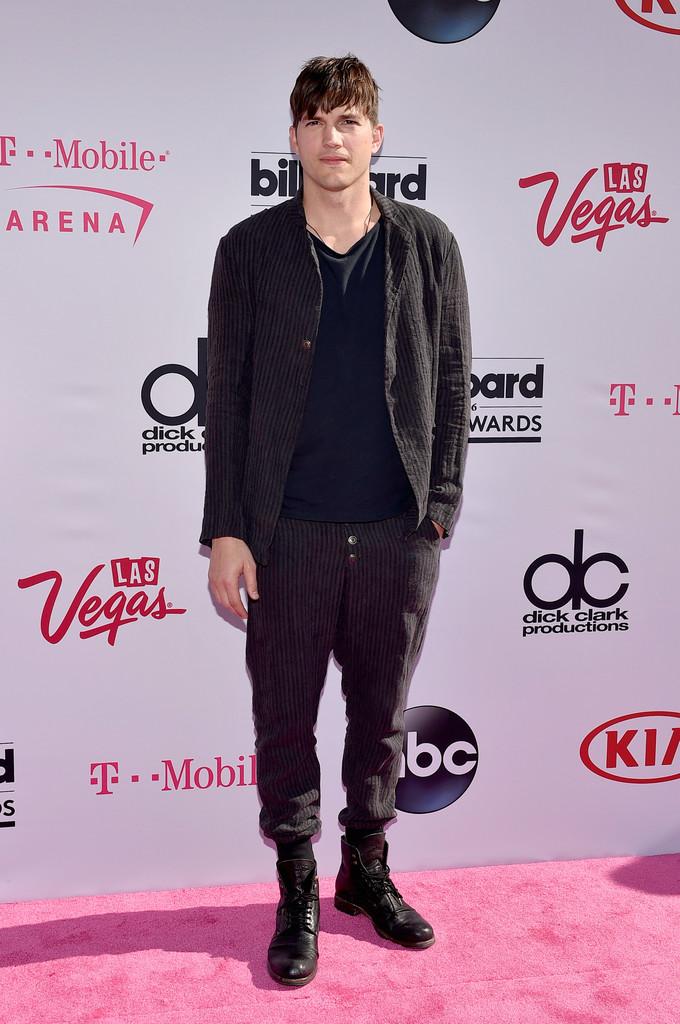 Ashton Kutcher Outro que jáfez melhor e pior. Para a noite de domingo, o ator/empresário vestiu um conjunto sem forma e sem estrutura, com as calças para dentro das botas. Devemos admitir que a combinação de cores foi bem feita, mas faltou caprichar no formato do traje.