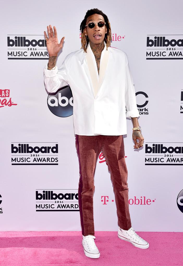 Wiz Khalifa Nosso ícone de estilo mais polêmico, podemos dizer. Uma hora ele encanta todo mundo com trajes de puro bom gosto e de repente sai na rua vestindo coisas assim. Se podemos tirar algo de bom do conjunto seria o tênis. Clássico e sempre uma boa escolha. Mas no caso do rapper aí de cima, a única.