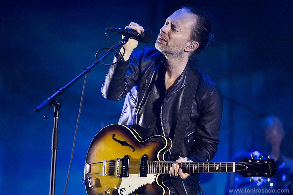 Radiohead Cada vez mais adepto do coque, Tom Yorke foi pura elegância e rock'n'roll em uma das primeiras aparições da banda em anos. Longas madeixas e jaqueta de couro ajudam bastante na hora de criar esse estilo.