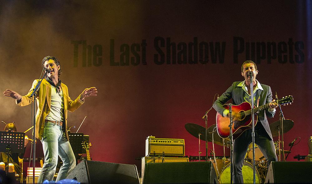 The Last Shadow Puppets Cada vez mais performáticos, Alex Turner e Miles Kane vestiram seus tradicionais trajes icônicos para embalar o público catalão. Talvez exagerados, concordamos, mas faz parte do estilo dos caras.