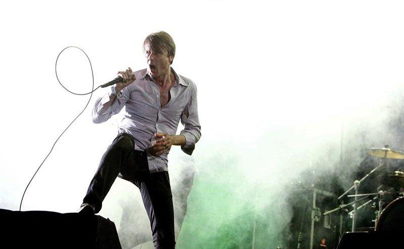 Suede E a simplicidade foi mesmo o tom do evento. O vocalista Brett Anderson ilustra isso muito bem. Camisa lisa e calça jeans escura. Com essa atitude em cima do palco, precisa mais?