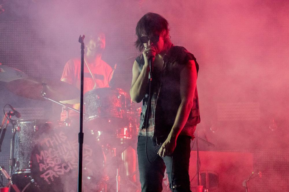 Strokes Pouco lembrando o Strokes que surgiu no início da década passada, com fortes referências de punk e se tornando uma imagem definitiva do indie rock, o Strokes, na figura de Julian Casablancas, virou uma mistura de muita coisa. E muita coisa misturada assim quase nunca dá certo.