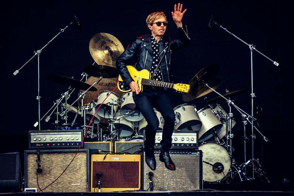 Beck Frequentemente lembrado pela sua criatividade e bom gosto musical, Beck acaba de ganhar o prêmio de mais elegante dos dois festivais. Originalidade deixou de ser uma característica apenas sonora e virou também visual.