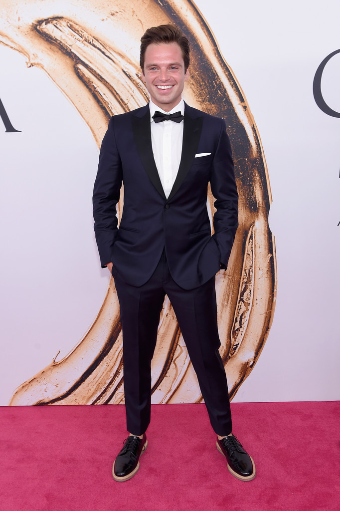 Sebastian Stan Chegamos a um dos pontos altos da festa. O ator romeno mereceu aplausos por sua escolha para o tapete vermelho. Smoking azul de lapela peak preta e sapato sem meia. Sim, é verão nos EUA e a ausência de meia é totalmente permitida.
