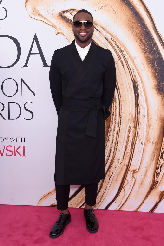 Dwyane Wade Das personalidades do esporte mais em dia com a moda, o jogador de basquete do Miami Heat pisou na bola. Nada de mais, mas o quimono mais parecia um pijama preto do que traje de gala. Valeu a intensão, mas um paletó mais tradicional poderia fazer um papel muito mais interessante.