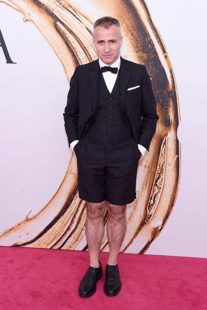 Thom Browne Designer americano consagrado, Thom Browne foi outro que foi além do adequado. Claro, quem somos nós para criticar um grande designer de moda? Mas precisava a bermuda?