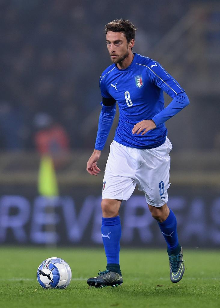 Itália Famosa por suas camisas azuis, a  squadra azurra mantém o mesmo tom, mas agora com discretas linhas verticais. Italianos não brincam quando o assunto é elegância no figurino.
