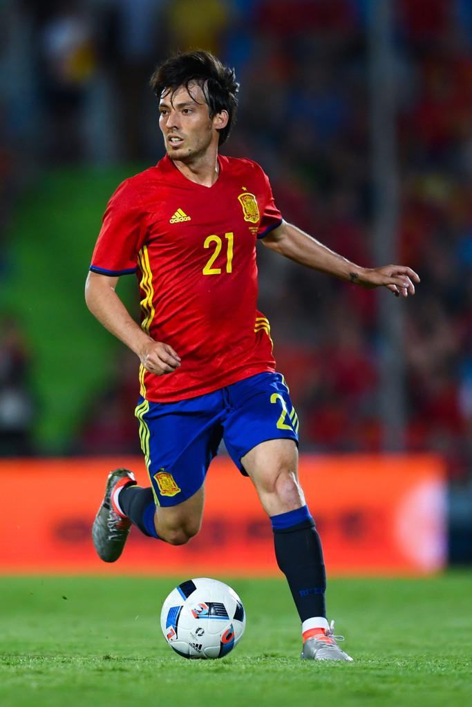 Espanha Também suavizando um pouco mais nos detalhes, a Espanha mantém o temível vermelho com azul e amarelo. Também por se tratarem de cores vivas, melhor economizar nos detalhes.