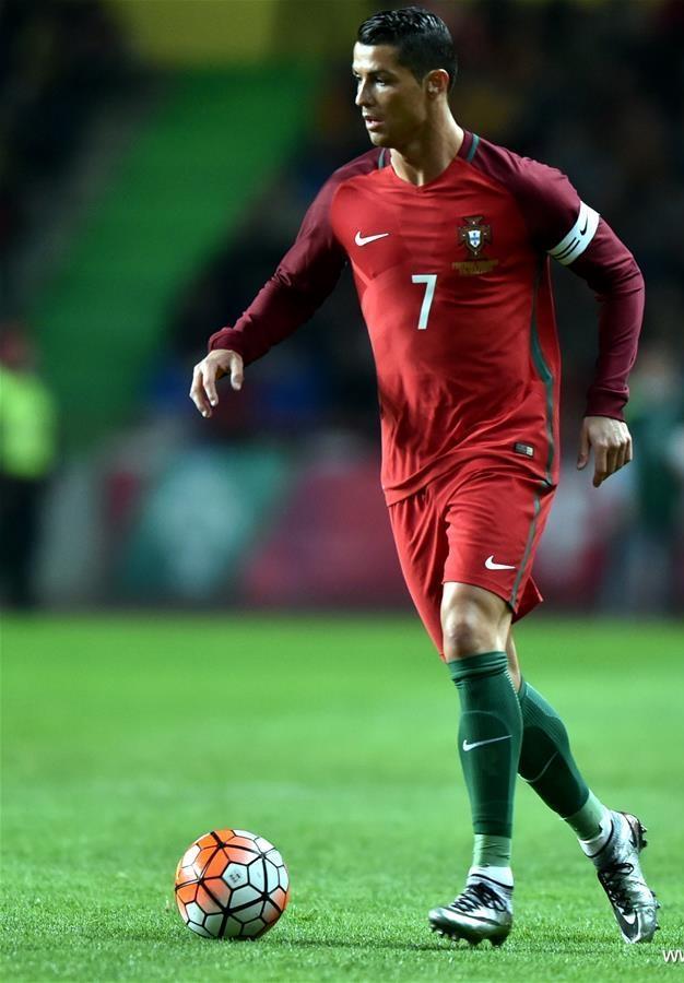 Portugal Apesar do pequeno sucesso em competições, a seleção de Cristiano Ronaldo vai desfilar pelos gramados franceses com esse manto vermelho e verde de extremo bom gosto.