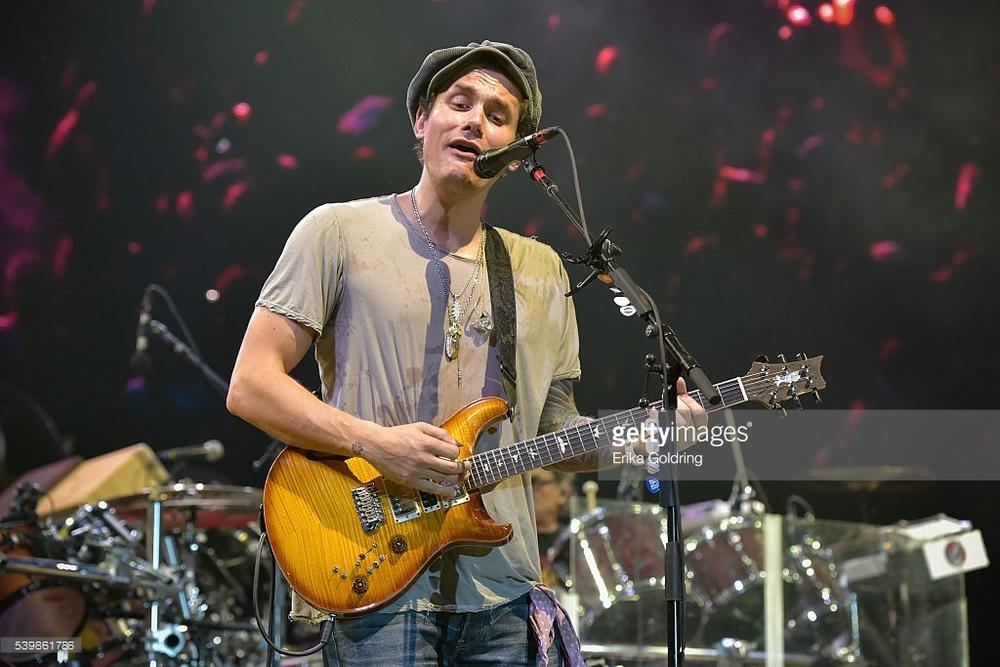 John Mayer Quando suaviza e investe em trajes mais discretos, o jovem guitarrista é destaque. O problema é que nem sempre isso acontece. Nessa sua última aparição, faltou deixar a boina velha em casa.