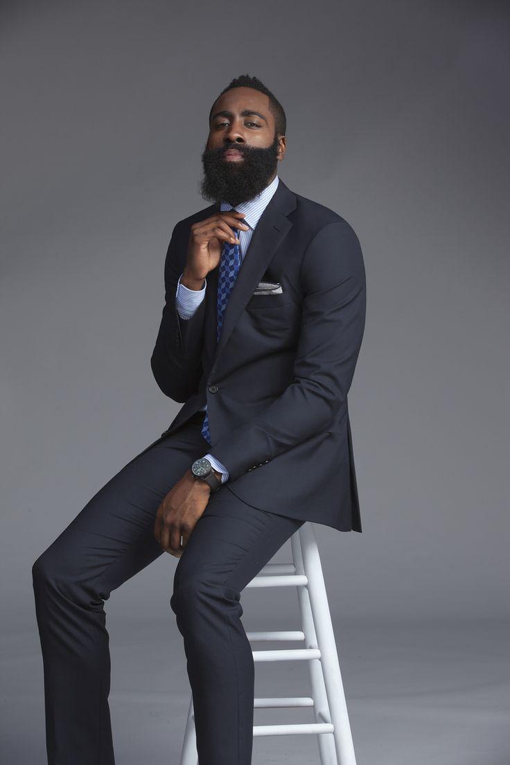 James Harden. Dono da barba mais famosa da NBA e uma das mais icônicas do esporte, Harden possui um estilo bem específico e autêntico. Com pitadas de  hipsterismo , ele investe em produções diferenciadas, e acima de tudo, elegantes.