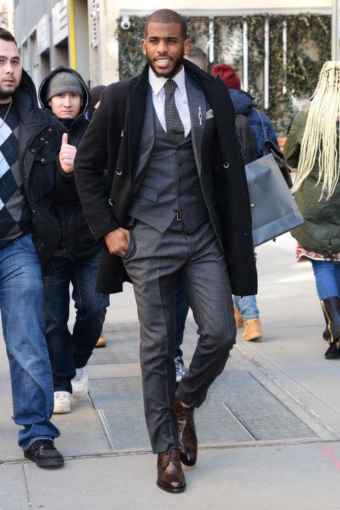 Chris Paul Também conhecido como CP3, Paul é dos grandes ícones de moda da NBA. Seus ternos e demais conjuntos são garantia de bastante bom gosto e sabedoria. Características de um cara antenado e seguro de suas escolhas estilísticas.