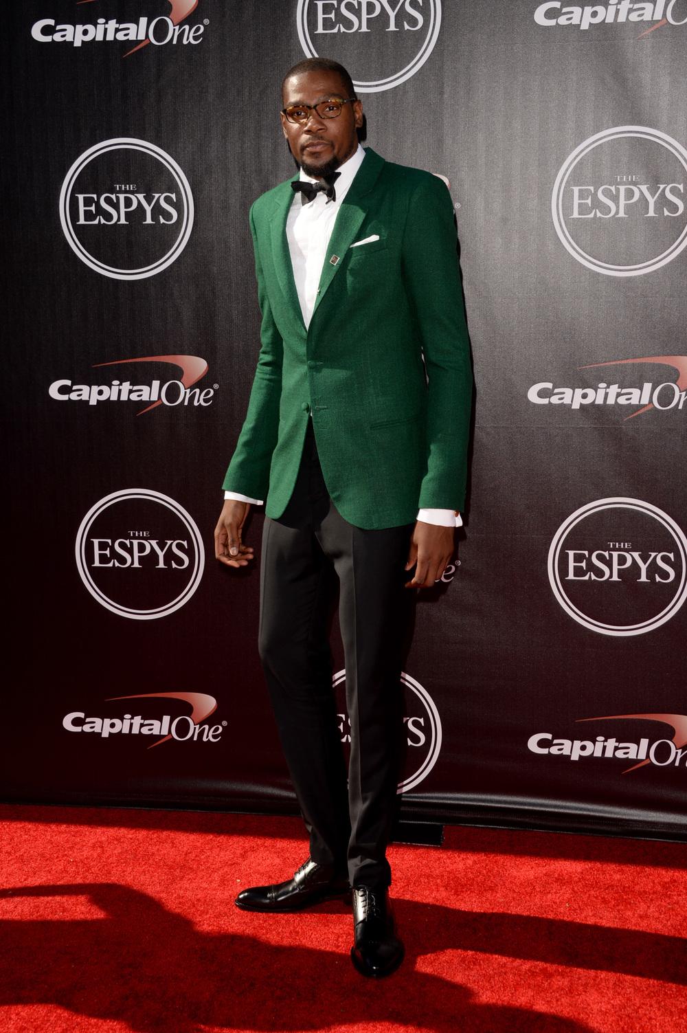 """Kevin Durant Considerado um dos maiores craques da atual geração, """"KD"""" também faz bonito quando não veste o uniforme do Oklahoma City Thunder. Bom gosto e bastante classe na hora de escolher o traje."""