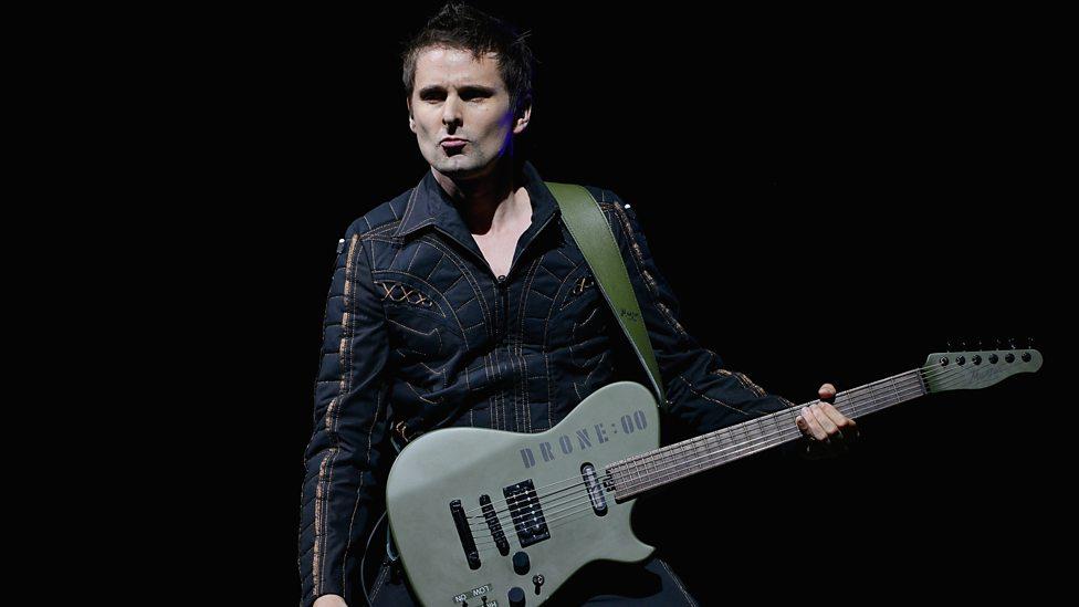 Muse Assim como no quesito musical, o figurino do Muse acompanha críticas e elogios frequentemente. A jaqueta estofada usada pelo vocalista Matt Bellamy é um exemplo disso. Exagerada, mas não ao ponto de dizermos que ele estava mal vestido. Apenas que merecia uma certa dose de capricho.