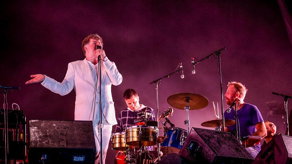 LCD Soundsystem Presente em 99,9% dos festivais de verão do hemisfério norte, a banda americana segue mantendo o padrão de pouca informação, mas bastante bom gosto e conforto. O traje do vocalista James Murphy não nos deixa mentir.