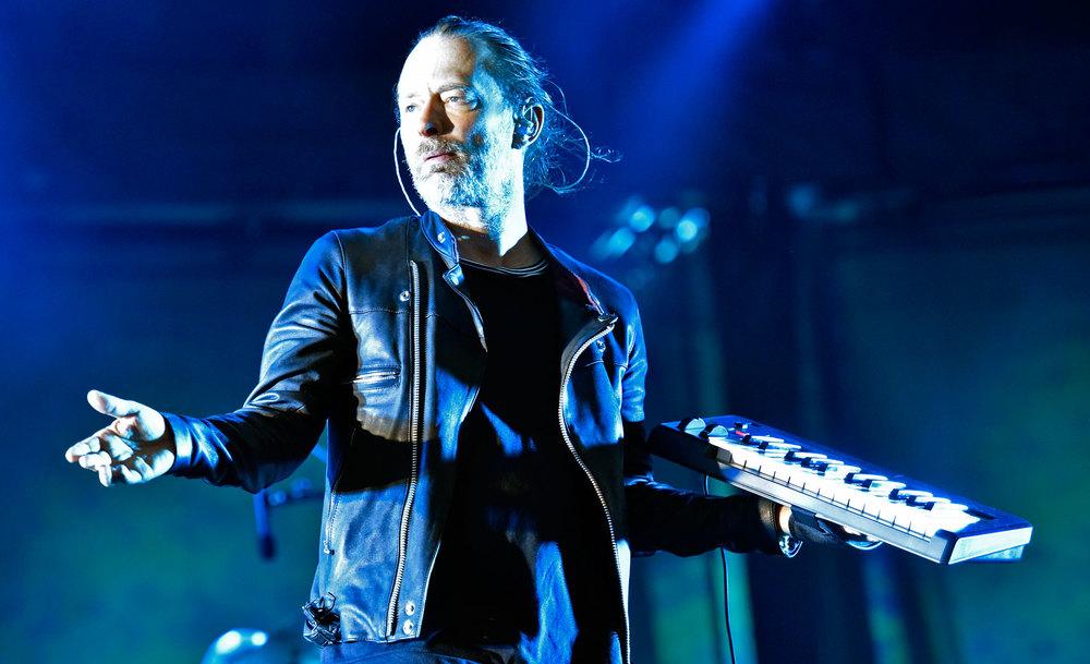 Radiohead Praticamente repetindo o figurino das suas últimas aparições, Thom Yorke mais uma vez foi destaque. A jaqueta de couro com a blusa preta fechou perfeitamente com o cabelo preso no coque. Elegância e simplicidade no melhor estilo rock'n'roll.
