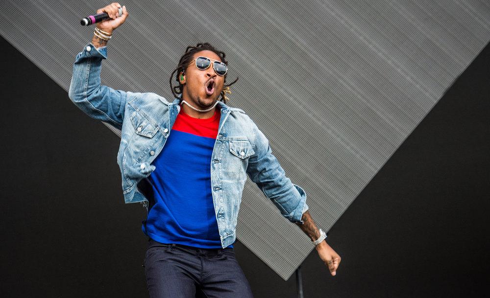 Future O rapper - que já foi referência por  aqui  - mostrou que estávamos certos ao classificá-lo como um dos mais elegantes do ramo. Jaqueta jeans, camiseta básica (ok, tem duas cores), jeans e um belo par de óculos aviador. Mais um que mereceu os aplausos.