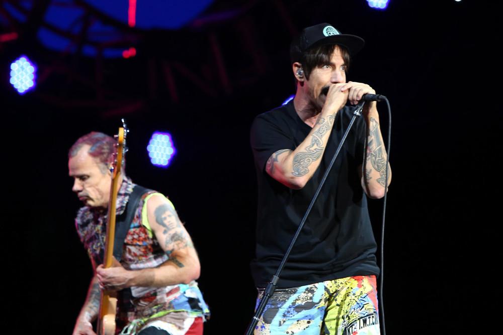 Red Hot Chili Peppers Abrindo a nossa galeria, os RHCP e o seu estilo peculiar. Muita cor, estampa e informação. Quem nos acompanha com frequência, sabe o quanto tentamos fugir disso tudo. Mas o que seria do Red Hot não fossem as suas misturas no figurino?