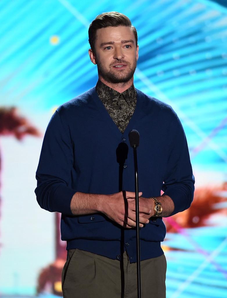 Acostumado com brilhos e estampas variadas, Justin Timberlake subiu ao palco da premiação com um cardigan sobrepondo uma camisa estampada. Na nossa opinião, um visual elegante. Para os mais discretos, uma camisa lisa ou um cardigan mais discreto já ajudariam.