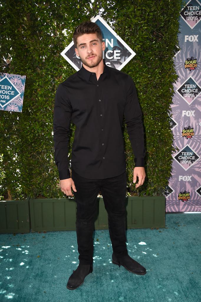 Se a ideia é investir num conjunto  all black , melhor fazer como o ator Cody Christian. Simples e com todas as medidas certas. Sem sobras na calça ou na camisa. Aprovamos.
