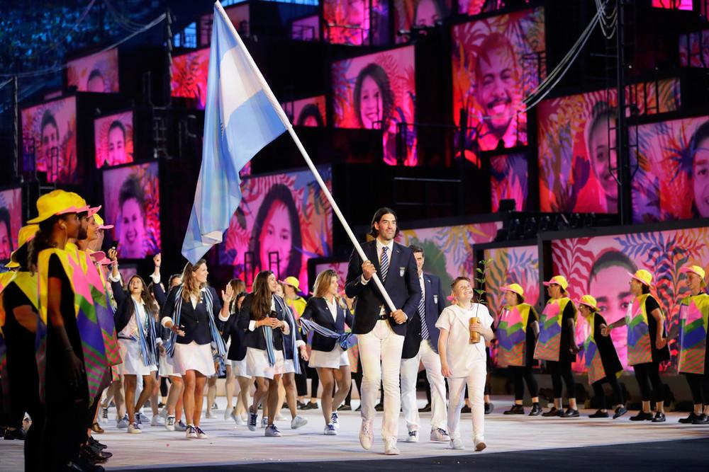 Argentina Classe. Muita classe. Foi o que a delegação argentina demonstrou no seu desfile. Calça branca com blazer marinho e gravata listrada. Um belo figurino para qualquer evento formal a céu aberto, podemos dizer. Em se tratando de Olimpíada, com certeza briga por medalha.