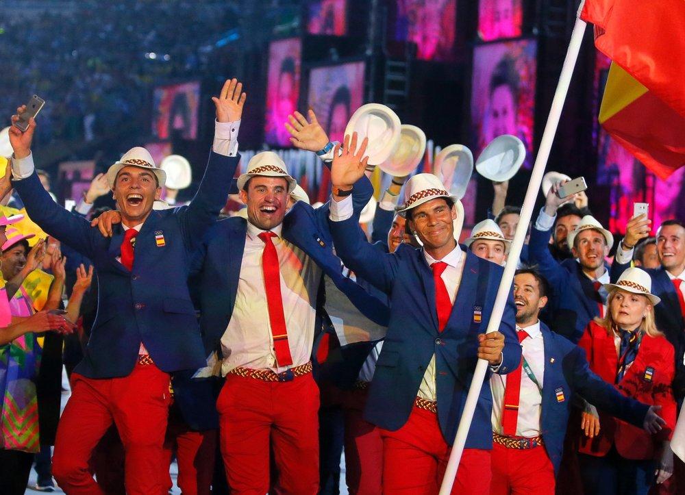 Espanha Liderados por Rafael Nadal, os espanhóis trouxeram o vermelho da bandeira nacional para o seu uniforme. Muito bem combinados e com acessórios bastante autênticos, a delegação mereceu os aplausos do Maracanã.